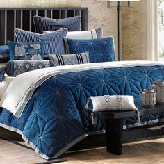 Great bedding, I always gravitate towards navy.