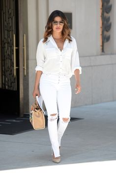 Priyanka Chopra - wears an all white ensemble with white top and ripped white jeans in New York City - July 2018 White Jeans Outfit, White Ripped Jeans, Star Fashion, Look Fashion, Fashion Outfits, Fashion Beauty, Jean Outfits, Cool Outfits, Casual Outfits