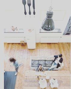 #keuken #kitchen #kitchentable #hansmossel @issy_1112 @des_ingstyling #home #woneninwit #wonen #fabriekslampen #koffie #coffee