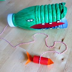 Avec une simple bouteille de lait, réalisez un drôle de bilboquet en tête de crocodile ! Retrouvez tous nos ateliers DIY sur notre blog C-MonEtiquette... Crocodile, Summer Crafts, Centre, Safari, Childhood, Diy, Outdoor Decor, Tour, Babysitting