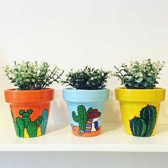 Painted Plant Pots, Painted Flower Pots, Pottery Painting, Ceramic Painting, Diy Bracelets Patterns, Tin Can Crafts, Clay Pot Crafts, Flower Pot Art, Garden Shelves
