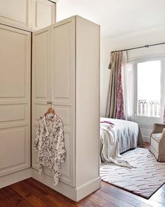 shelving units and storage cabinets on casters, modern interior design ideas for small spaces Small Space Interior Design, Small Room Design, Decorating Small Spaces, Modern Interior Design, Room Divider Shelves, Decorative Room Dividers, Modern Bedroom Decor, Design Bedroom, Modern Decor
