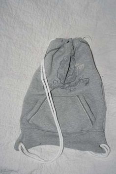 Sweatshirt recycled Bags athletic bag- DIY upcycle project DIY Bag and Purse Diy Bags From Old Clothes, Recycle Old Clothes, Clothes Crafts, Diy Sweatshirt, Diy Shirt, Shirt Bag, Diy Bags Purses, Diy Fashion, Fashion Women