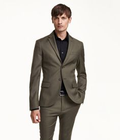 PREMIUM QUALITY. Two-button twill blazer in Italian wool fabric. Decorative buttonhole on one lapel and decorative buttons at cuffs. One chest pocket, front pockets with flap, and three inner pockets, one with button and one pen pocket. Back vent. Lined. Lightweight construction for a natural, relaxed look over shoulders and chest. Regular fit – slightly more generous fit for a straighter silhouette.
