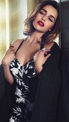 Emilia Clarke Hot, Emelia Clarke, Emilia Clarke Daenerys Targaryen, Audrey Tautou, Actrices Hollywood, Mother Of Dragons, Poses, British Actresses, Hollywood Celebrities