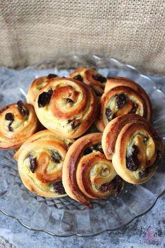 Koffiebroodjes, een Nederlandse klassieker - PaTESSerie Dutch Recipes, Pie Recipes, Breakfast Buffet, Breakfast Recipes, Easy Recipes For Beginners, Sweet Bakery, Bread Cake, Piece Of Cakes, Sweet Bread