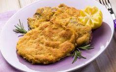 ...Bistecca alla milanese...... Sbattete le uova in un piatto fondo aggiungendo del pepe e versate il pangrattato in un piatto piano, dopodiché prendete la carne e praticate una piccola incisione su ciascuna bistecca............... #bistecca #milanese #secondi #carne