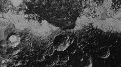 Dit gebied op Pluto vertoont, naast dicht 'bekraterd' terrein en allerlei bergen, intrigerende lineaire patronen die aan duinenrijen doen denken. De foto is gemaakt van een afstand van 80.000 kilometer; de kleinste details zijn 800 meter groot.