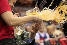 #nba #basquete #estrago #pivô #cerveja #nets #brooklyn Pivô da NBA faz estrago ao derrubar bandeja de cerveja durante partida
