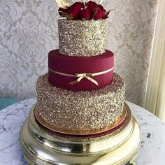These Gold Wedding Cakes Ideas will help you choose your cake on your historic day. Because gold symbolizes prosperity, glory, can make your wedding cake look elegant and glamorous… Pretty Cakes, Beautiful Cakes, Amazing Cakes, Quince Cakes, Quinceanera Cakes, Quinceanera Ideas, Quinceanera Dresses Maroon, Quinceanera Decorations, Sweet 15 Quinceanera