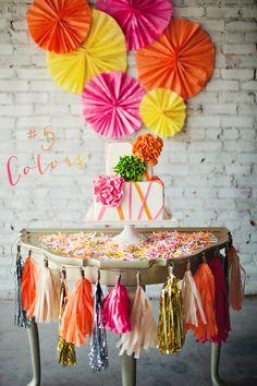 Muy alegre! Me encanta el toque festivo del confeti, y el fondo / Very lively! I love the festive touch of the confetti, and the colours of the backdrop fans