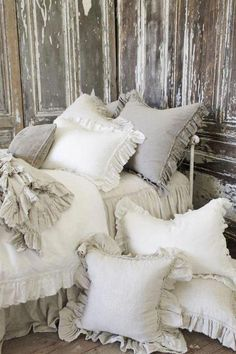 Shabby Country Cottage #Shabbychicbedrooms Shabby Chic Mode, Shabby Chic Living Room, Shabby Chic Interiors, Shabby Chic Bedrooms, Shabby Chic Furniture, Shabby Chic Pillows, White Bedrooms, Decor Pillows, Vintage Pillows