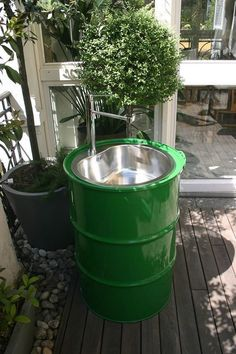 Экономим место и бюджет: 20 идей для загородного дома — INMYROOM Outdoor Garden Sink, Q Garden, Outdoor Sinks, Barrel Projects, Outdoor Projects, Oil Drum Bbq, Off Grid Tiny House, Metal Sink, Automobile