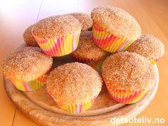 """Dette er en amerikansk oppskrift på myke """"Kanelmuffins"""" (""""Cinnamon Sugar Muffins""""). Det sies at muffinsene bakes mye på skolekjøkken i USA. Muffinsene dekkes med et sprøtt lokk av sukker og kanel - som gjør dem helt uimotståelige! Oppskriften gir 10-12 stk."""