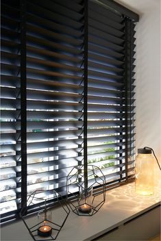 DIB Industrial Aluminium Carbon Black 35 or 50 mm - slaapkamers Window Treatments Living Room, Living Room Windows, Home Living Room, Home Curtains, Curtains With Blinds, Wood Blinds, Black Blinds, Style At Home, Store Venitien
