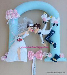 Pembenin Hobileri: GELİN VE DAMAT KAPI SÜSÜ Crochet Flower Patterns, Felt Patterns, Felt Crafts, Diy And Crafts, Arts And Crafts, Diy Y Manualidades, Felt Wreath, Felt Decorations, Wedding Crafts