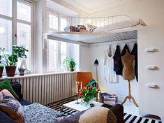 lit mezzanine adulte avec penderie en bas dans le studio chic