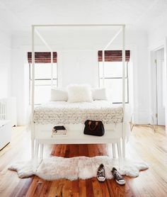 L'extravagance. All white room, with that wooden floor, to die for... :-) #heaven #interiordesign #perfection