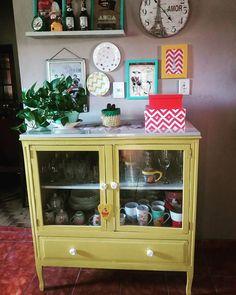 WEBSTA @ nane_brandao - Minha cristaleira linda!! 💛 ....#cristaleira #cozinha #cozinhaamarela #meudocelar #meular #docelar #lar #lardocelar #minhacasa #casacolorida #paredefeliz #quadros #décor #decoracaosimples #decoracao #decora #decorar