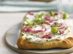 Pizzafladen mit Sauerrahmcreme und Zwiebeln   http://eatsmarter.de/rezepte/pizzafladen-mit-sauerrahmcreme-und-zwiebeln