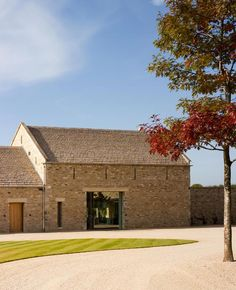 Cotswold modern new build stone barn, McLean Quinlan architects, timber frame Contemporary Barn, Modern Barn, Modern Farmhouse, Stone Barns, Stone Houses, Building Design, Building A House, Building Stone, Architects London