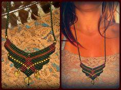 Collar de macramé hecha a mano tribales en el los colores - marrón púrpura y la tierra suave, verde oscuro.  Decorado con cuentas bronce :)  Este