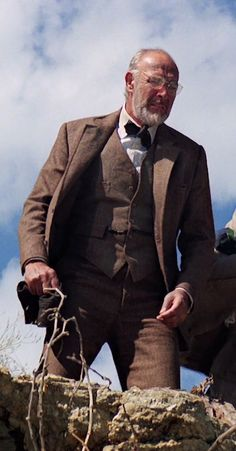 Full Suit (opened) Sean Connery as Dr Henry Jones taken from Indiana Jones and the Last Crusade Copyright Paramount Pictures Cosplay Ideas, Cosplay Costumes, Indiana Jones 3, Herringbone Suit, Henry Jones, Sean Connery, Paramount Pictures, Tarzan, James Bond