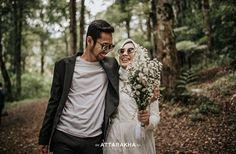 Pre Wedding Poses, Pre Wedding Photoshoot, Wedding Couples, Wedding Engagement, Prewedding Outdoor, Cute Muslim Couples, How To Pose, Woodland Wedding, Wedding Photography Inspiration