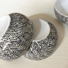 Die Mini-Schalen gibts jetzt auch im SMUCKshop auf Etsy oder Dawanda und bei Selekkt. Schaut mal vorbei! Jedes Schälchen ist ein handbemaltes Unikat. #schälchen #schale #minischale #handbemalt #patternbysmuck #unikat #gradlinig #bowl #pattern #smuckshop #smuck