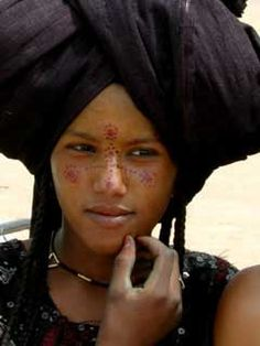 The Wodaabe often call themselves the most beautiful people in the world. Physical beauty is a very important part of their culture. My Black Is Beautiful, Beautiful People, Beautiful Women, We Are The World, People Of The World, Population Du Monde, Tuareg People, Facial, Desert Fashion