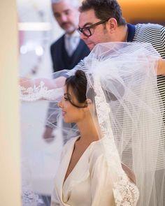 Sob o olhar atento do pai, a noiva @raizamarinari finalizando a beleza assinada por @jrmendesmake. Grinalda vintage de ouro branco, brilhantes e pérolas e véu #JuniorSantaella Foto @primefotocinema ✨