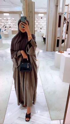 Abaya Fashion, Muslim Fashion, Modest Fashion, Fashion Outfits, Mode Abaya, Mode Hijab, Trench Coat Outfit, Hijab Fashionista, Abaya Designs