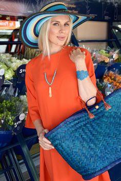 En guise d'accessoires @goodstylelittlemoney a opté pour une harmonie de bleus : - un beau chapeau à rayures trouvé chez BABOU à 12€, - un grand panier à 10€,  - et un collier à 4€.