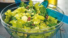 Зеленый салат с орехами и изюмом
