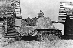 Panzerjäger Hornisse - Nashorn resguardado entre dos edificios de una granja listo para abrir fuego. En el frente del Este, Rusia.