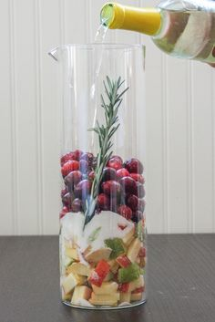 Cranberry & Rosemary 'White Christmas' Sangria -- Looks festive -- Think I will try it but always embellish or change recipes! Where is a red wine Christmas Sangria? Christmas Brunch, Christmas Wine, Christmas Drinks, Holiday Drinks, Party Drinks, Cocktail Drinks, Holiday Treats, Christmas Treats, Fun Drinks