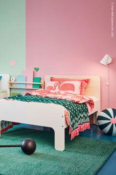 Vit, björk eller något helt annat? Vår utdragbara SLÄKT sängstomme erbjuder många olika färger på huvudgaveln. SLÄKT Utdragbar sängstomme med ribbotten, vit, LANGSTED Matta, kort lugg, grön. All Wall, Clean Design, Quilt Cover, Wall Shelves, Linen Bedding, Bed Frame, Pillow Cases, Toddler Bed, Comfy