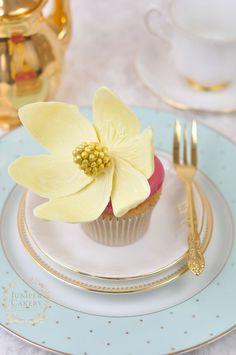 White chocolate magnolia flower cupcake - tutorial