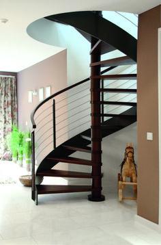 b814a8c2f8f Escalier hélicoïdal en bois. Garde-corps en bastingage avec des tiges en  inox.