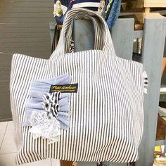 この生地すごく人気ですぐ完売してしまったのです。。。 また仕入れてこようっと(。-∀-)ニヒ♪ #ハンドメイド#ハンドメイドバッグ#handmade#新作#ボーダー#ストライプ#デニム#ヒッコリー Japanese Patterns, Best Bags, Diaper Bag, Diy And Crafts, Deco, Pouch, Handbags, Tote Bag, Purses
