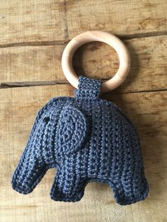 Haken | olifant aan bijtring. incl. gratis patroon Diy Crochet Toys, Crochet Lovey, Cute Crochet, Crochet For Kids, Crochet Animals, Crochet Dolls, Yarn Projects, Crochet Projects, Crochet Elephant