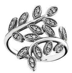 Wunderschön verspielter Ring von Pandora mit funkelnden weißen Zirkonia, der perfekt zur Jahreszeit passt! www.christ.de