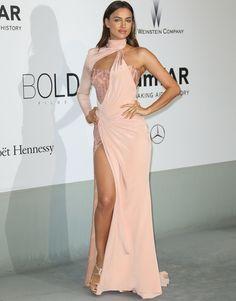 Cannes e Irina Shayk no están teniendo una buena relación este año. La modelo volvió a equivocarse con un diseño asimétrico de Versace esta vez en rosa palo con cuello alto con cuello alto, cuerpo bustier y abertura lateral en la falda.