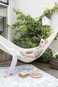 KARWEI   Optimaal genieten met zo'n hangmat in de tuin. #karwei #binnenkijkers #hangmat #tuin