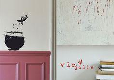 """Poesie murali e disegni gotici per Le Pré d'Eau. Gli sticker dell'azienda francese """"disegnano la poesia e scrivono l'immagine"""" facendo parlare le pareti di casa, nel vero senso della parola. Vinile e"""