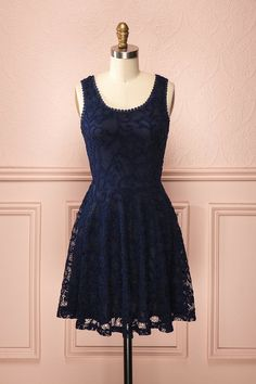 Lorna Marine ♥ La dentelle qui voile cette robe de couleur marine lui inspire une sensualité pleine de délicatesse.  The lace that veils this navy-coloured dress adorns it with a dainty sensuality.