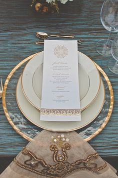 We LOVE thie place setting-- the slight touches of gold are so chic! {Danae Grace Events Photos}