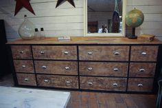 Ancien meuble d'atelier en bois par le Marchand d'Oublis