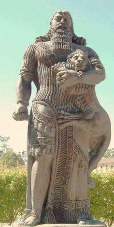 تمثال للملك السومري #العراقي #كلكامش من امام جامعة سدني في #استراليا