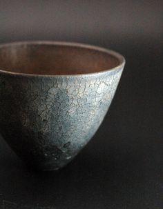 Wabi Sabi peut être vu dans la poterie où les pièces semblent rustiques et si - Ceramic Clay, Porcelain Ceramics, Ceramic Bowls, Ceramic Pottery, Pottery Art, Slab Pottery, Thrown Pottery, Japanese Ceramics, Japanese Pottery
